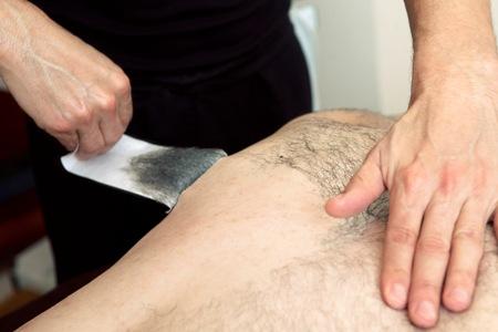 Remoção de pêlos das costas com cera